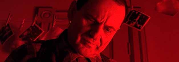Ein Mann sieht rot: In der Dunkelkammer macht Leon Bernstein eine Entdeckung, die ihn näher auf die Spur einer Verschwörung bringt.