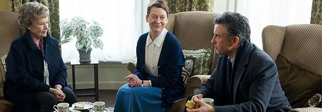 Auf eine Tasse Tee im Magdalenenheim: Martin Sixsmith (Steven Coogan) begleitet Philomena Lee (Judi Dench) zurück an jenen, Ort, wo ihr der Sohn entrissen wurde.