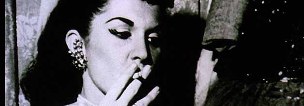 Weegee Straßenfotografie war auch sexuell aufgeladen. Der Film zeigt echte Aufnahmen des realen Vorbildes - insbesondere in der Titelsequenz.