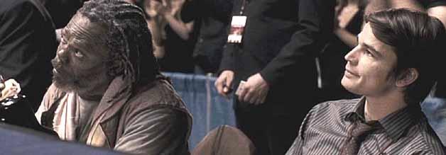 Erik Kernan (Josh Hartnett) fühlt Bob Satterfield auf den Zahn, in dem er ihn unter anderem zu einem echten Fight als Experten einlädt.