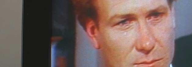 Ist die Träne überhaupt echt? Der neue Moderator (William Hurt) fällt durch sentimentale Berichterstattung auf.