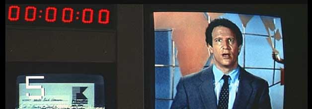 Aaron (Albert Brooks) fühlt sich eher im Hintergrund wohl. Weil aber Sparmaßnahmen drohen, versucht er als Moderator aufzufallen. Der Schuss geht nach hinten los.