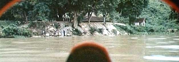 Guck mal, wer da taucht: John Everingham nimmt das laotische Ufer ins Scuba-Visier. Dort wartet seine Geliebte auf Abholung.