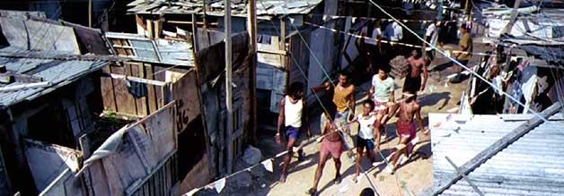 In der City of God regiert das Gesetz des Stärkeren. Deshalb rotten sich schon die Kleinsten zu Banden zusammen. Für Buscapé bedeutet eine Karriere als Fotoreporter der Ausbruch aus diesem Regelkreis.