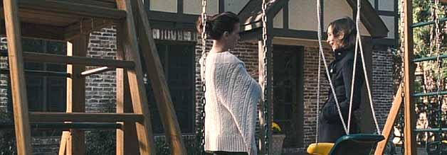 Brisanter Plausch im Vorgarten:  Da Rachel Armstrongs Sohn Timmy und Erica Van Dorens (Vera Famiga) Tochter Allison zufällig auf dieselbe Schule gehen, ergibt sich die Gelegenheit zur Konfrontation.