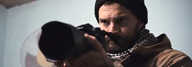 Paul Conroy (Jamie Dornan) ist ein Freund und treuer Begleiter Marie Colvins. Er überlebt Homs nur knapp. Sein Buch ist die Vorlage für die Dokumentation Under the Wire.