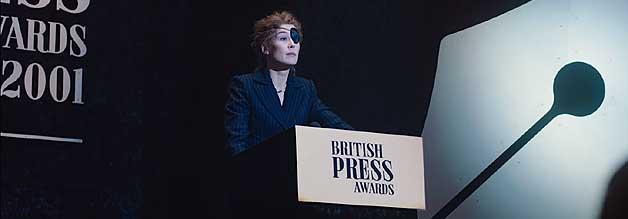 Gefeierte Berichterstatterin: Marie Colvin (Rosamund Pike) genießt das Rampenlicht. Noch mehr aber zieht es sie auf die Schlachtfelder dieser Erde.