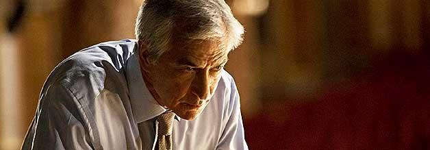 CSI Gott: Der Allmächtige reißt die Geprächsführung an sich und nimmt den Journalisten Paul ganz schön in die Mangel.