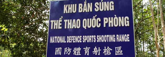 Weitere makabere Aktivität: Wer mag, darf auf dem Cu Chi-Gelände zur Waffe greifen.