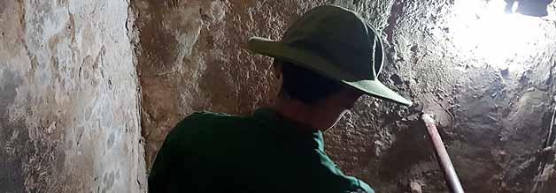 """Abstieg in den nordvietnamesischen Untergrund. Ein weitläufiges Tunnelsystem sorgte dafür, dass die Viet Minh immer wieder unbemerkt Aktionen auf südvietnamesischen Territorium starten konnten. Der Tunnel, der für die Öffentlichkeit zugänglich ist, ist """"touristenkonform"""" ausgebaut. In Wahrheit waren die Öffnungen viel niedriger und schmaler. Aber auch so ist der Abstieg eng und beklemmend genug."""