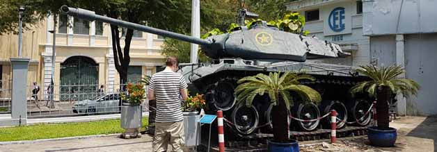 Kriegsgerät im Garten des  Ho Chi Minh City Museums. Davor: Der Autor dieses Blogs.