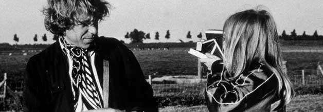 """Fotografie als Beweis der eigenen Existenz: Alice (Yella Rottländer) macht einen Schnappschnuss von Philip Winter (Rüdiger Vogler). """"Damit Du weißt, wie Du aussiehst"""", sagt die Neunjährige. Sie ahnt nicht, wie tief der Journalist in der Identitätskrise steckt."""