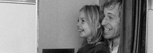 Fotografie als Spaß: Reporter Winter findet dank Alice sein Lachen zurück. Gemeinsam erfreuen sie sich der kleinen Dinge im Leben.