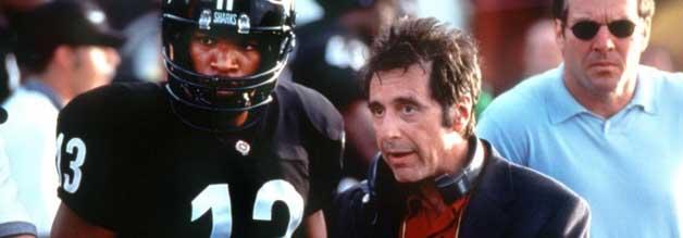 Coach D'Amato (Al Pacino) und sein bestes Pferd im Stall. Willie Beamen ist eigentlich nur dritter Quarterback, wird durch eine Verletzungsmisere ins Teams gespült. Rechts im Bild: Ein angesäuerter Denis Quaid.