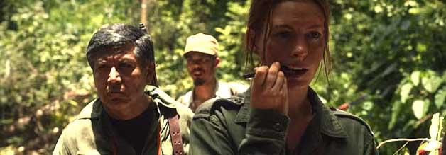 Der Stift ist mächtiger als das Gewehr - oder so ähnlich. Inmitten von bewaffneten Rebellen zückt Elenea McMahon (Anne Hathaway) ihr Schreibgerät.