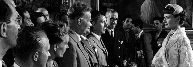 Die Prinzessin lässt sich herab. Ann pfeift aus das Protokoll und begrüßt einige Journalisten persönlich. So kann sie ihrem Joe Bradley zum Abschied die Hand schütteln.
