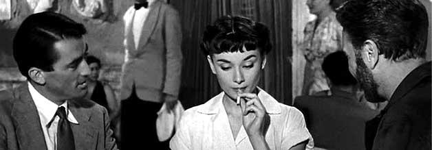 Erstmal eine Kippe: Prinzessin Ann (Hepburn) kostet die neu gewonnene Freiheit aus. Noch lauern die Reporter Joe Bradley (Peck, links) und Irving Radovitch (Albert) auf königliche Fehltritte.