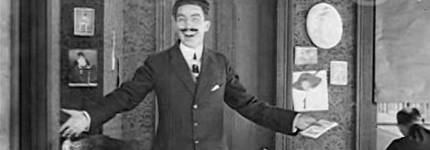 Noch hat er gut lachen, der Boss des italienischen Fälscher-Syndikats - ein echter Bad Ass des Stummfilms.