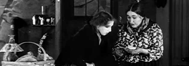 Verdeckte Recherche: Die Protagonistin, gespielt von Marion Leonard (links), ermittelt getarnt als Straßenverkäufer einem Fälscherring nach.
