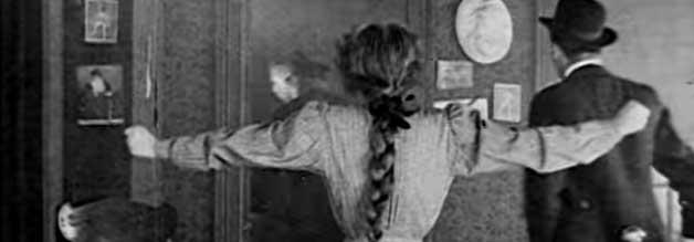Gespiegelte Verhältnisse: Der Bandenchef wird abgeführt, unsere Heldin nimmt eine Siegespose ein. Die Kamera blendet anschließend ab.