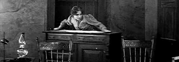 Selbst ist die Frau: Nachdem die Reporterin keine Unterstützung von ihrer Redaktion erhält, legt sie selbst Hand an. Ein typischer Charakterzug einer Sob Sister.