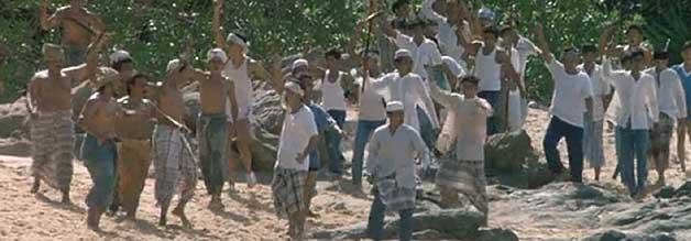 Fremdenfeindliche Einheimische warten auf die Ankunft der Boatpeople - der Mob richtet ein Massaker an.