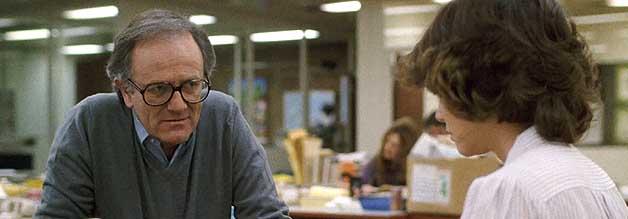 Kein Vorbild: Redakteur McAdam (Josef Sommer) ist ein alter Hase, aber auch reichlich zynisch. Megan Carter begeht den Fehler, sich zu sehr auf sein Urteil zu verlassen.