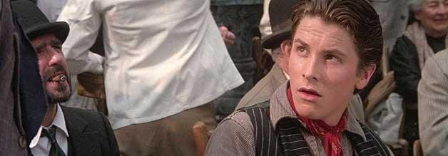 Newsies ist die Spielwiese eines sehr, sehr jungen Christian Bale. Er übernimmt die Rolle des fiktiven Streikanführers Jack Kelly. Der echte Anführer kommt im Film ebenfalls vor, ist aber nur eine Nebenfigur.