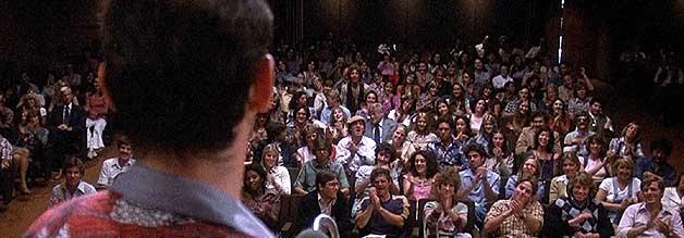 Die Ikone und seine Fans. Thompson spricht auf einer Gonzo-Veranstaltung zu seinen Jüngerinnen und Jüngern.