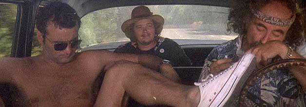 Die Szene kenne ich doch!! So oder so ähnlich fängt Terry Gilliams Fear in Loathing in Las Vegas an. Thompson und Laszlo traumatisieren einen Anhalter nachhaltig.