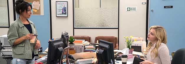 Margo (Jenny Slate) ist Susannahs (Chloë Grace Moretz) Mentorin in der Redaktion der New York Post. Der Krankheit ihrer Mentee steht sie aber schon bald hilflos gegenüber.
