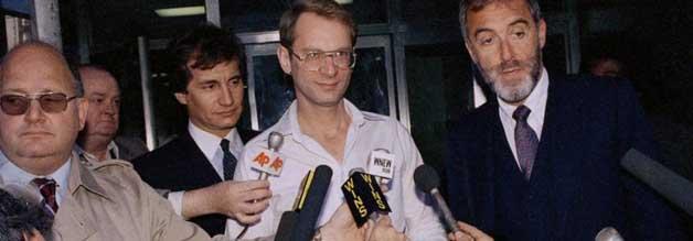 """So sieht doch kein Held aus, oder? Bernard Goetz """"Verteidigungstat"""" kurz vor Weihnachten 1984 wird von jenen Bürger*innen gefeiert, die genug von der Kriminalität in New York haben. Als sich Goetz nach einiger Zeit stellt, kommen Zweifel auf. Der Fall Goetz wird in der Folge """"Der U-Bahn-Rächer"""" behandelt."""