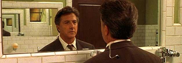 """Im Schutze des Stillen Örtchens bereitet sich Max Brackett (Dustin Hoffman) auf seine bevorstehende Live-Schalte vor. Ach ja, für einen unangenehmen """"Das Mikro ist offen""""-Gag bleibt auch noch Zeit."""