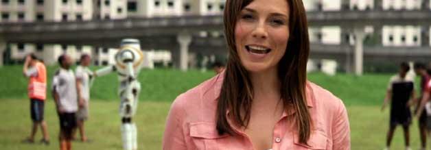Christian Nouveau (Zoe Naylor) ist live auf Sendung, als ein Maschinenmensch während eines Fußballspiels austickt.
