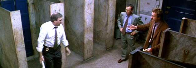 Auf der Toilette lässt es sich nicht nur ungestört, sondern ungefildert redet. Die Journalisten Hackett (M. Keaton) und Mc Dougal (R. Quaid) stellen in Schlagzeilen ihren Kontaktmann bei der Polizei zur Rede.