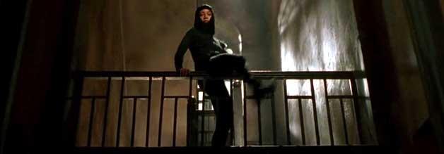 Intensiv-Recherche à la Chun-Li Zang: In Ninja-Kluft steigt die Journalistin ins Leichenschauhaus ein.