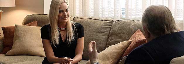 Kayla Pospisil (Margot Robbie) weiß nicht, wie ihr geschieht. Im Job-Interview mit Roger Ailes wird sie mit dem misogynen System im Hause Fox konfrontiert. Ailes ist dessen oberster Verfechter.