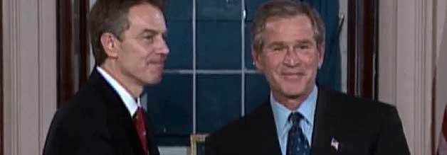 """Zwei Cowboy bereiten sich auf ihren Ausritt vor: Premier Tony Blair und US-Präsident George W. Bush führen die """"Koalition der Willigen"""" an. Ziel ist der Irak."""