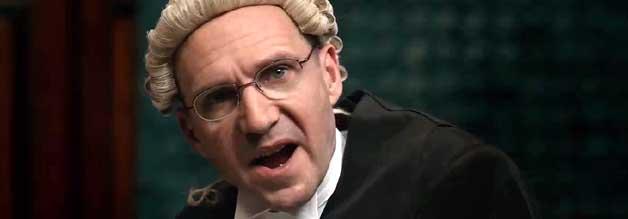 Im Namen der Verteidigung: Der Menschenrechtsanwalt Ben Emmerson (Ralph Fiennes) springt Katharine Gun mit einer wagemutigen Verteidigungsstrategie zur Seite.
