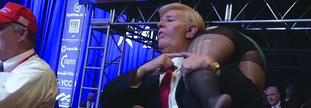 """Ist das noch Borat? Im Trailer von Borat: Anschluss-Moviefilm sehen wir, wie der kasachische Reporter als Trump verkleidet eine Wahlkampfveranstaltung """"seines"""" Vizes Michael Pence stört."""