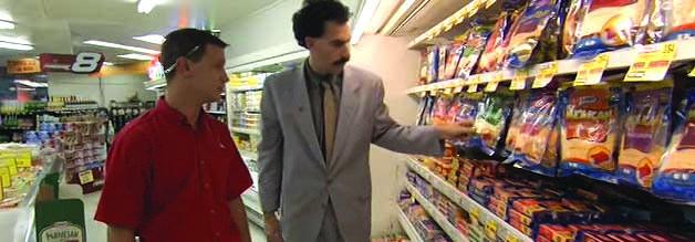 Purer Nonsense: Borat lässt sich von einem geduldigen Supermarkt-Mitarbeiter die Käse-Abteilung erklären.