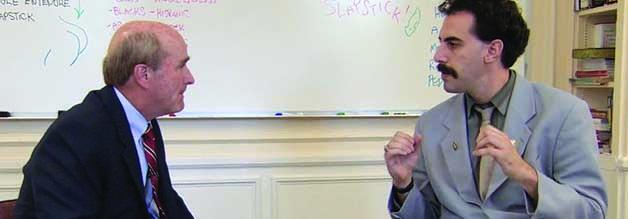 Beispiel dafür, wie wunderbar Sacha Baron Cohen alias Borat die amerikanische Höflichkeit an ihre Schmerzgrenzen bringt: Der Besuch bei einem Humor-Coach.