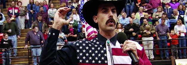 """Legendär: Borat bei einer Rodeo-Veranstaltung: """"We support your war of terror"""", grüßt er als Botschafter Kasachstans ins Mikrofon."""