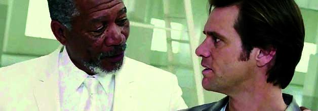 Im Talk mit Gott. Bruce Nolan (Jim Carrey, rechts) fällt fast vom Glauben ab, bis ihn der Allvater (Morgan Freeman) in einer verlassenen Lagerhalle empfängt.