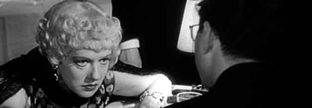 Susan, Kanes zweite Ehefrau, im Interview mit dem Reporter Thompson. Die Öffentlichkeit sieht - nicht ganz unbeabsichtigt - in der Figur die Schauspielerin Marion Davies. Sie und Hearst führen eine außereheliche Langzeitbeziehung.