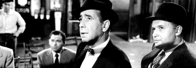 Skeptischer Blick eines Seitenwechsler: Eddie Willis (Humphrey Bogart) begutachtet Nick Benkos (Rod Steiger) Neuverpflichtung im Boxstall. Das erste Sparring sorgt für Ernüchterung.