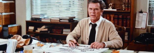 Wtf? Am Gesichtsausdruck von Daily Planet-Chefredakteur Perry White (Jackie Cooper) lässt sich ablesen: Clark Kent glänzt mal wieder mit völliger Ahnungslosigkeit oder zur Schau getragener Trotteligkeit.