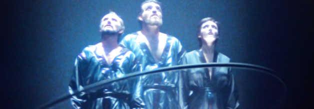 Die Szene kennen wir doch? Schon in Superman von 1978 haben wir die Gefangennahme des aufrührerischen Trios um General Zod (Terence Stamp, links) bestaunen können. Die Storyline wurde dort bereits mit dem Hintergedanken an eine Fortsetzungen eingeführt.