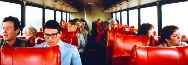Clark Kent (Christopher Reeve), unser Superman-in-Disguise, auf Kaffeefahrt. Es geht zurück nach Smallville, wo tatsächlich ein Rechercheauftrag auf ihn wartet.
