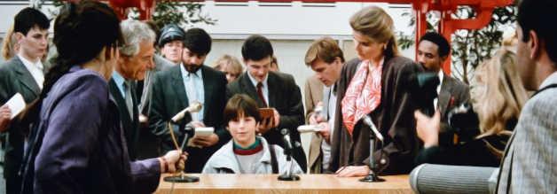 Lieber Superman, bitte befreie die Erde von der atomaren Gefahr! David Warfield, der grauhaarige Herr links, zerrt einen kleinen Fan vor die Kameras.